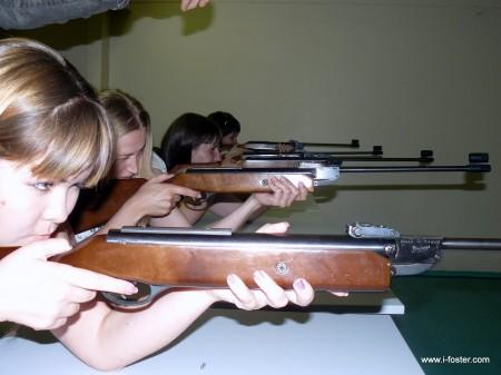 девушки блогеры практикуются в стрельбе